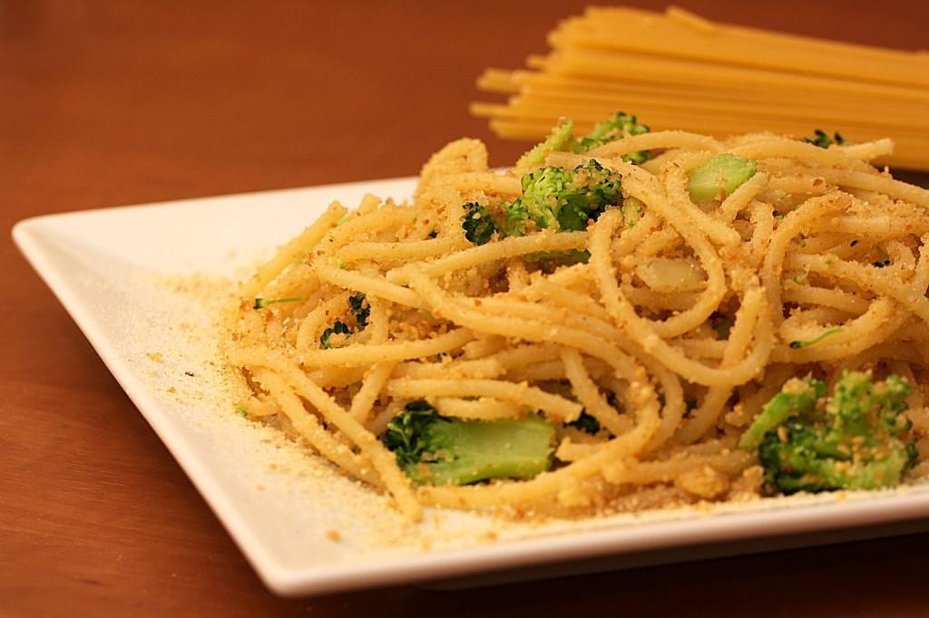 Spaghetti z brokułem i orzechami