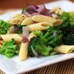 Makaron z brokułem i czerwoną cebulą