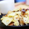 Prosta potrawa z ziemniaków, w przygotowaniu mieszcząca się między frytkami a gotowanymi ziemniakami, jednak o oryginalnym smaku. Bardzo dobrze smakuje z zimnym mlekiem.