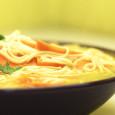 Szybki przepis na gorący rosołek z dużą ilością marchewki. Świetny sposób na rozgrzanie lub na kilkunastominutowy posiłek.