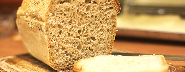 Bardzo prosty chleb pszenny, który nie wymaga wyrabiania ani zakwasu. Można go przygotować w 10-15min.